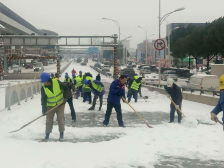 武汉市交通抢险、奋战清晨扫雪活动